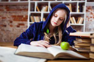 adolescenta care citeste
